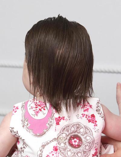 Tóc của cô bé 4 tháng tuổi nhìn từ phía sau. Ảnh: East News Press Agency