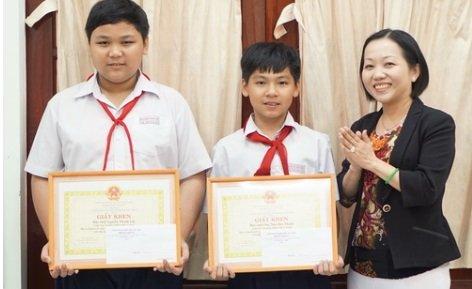 Hai em Nguyễn Thanh Lộc và Ông Như Bảo Thạch - học sinh Trường THCS Phú Cường, TP. Thủ Dầu Một, tỉnh Bình Dương được tuyên dương nhờ thành tích bắt cướp kịp thời. Ảnh: Công An Nhân Dân