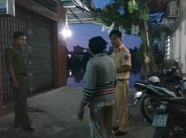 Cảnh sát lập biên bản vụ việc. Ảnh: M.A.
