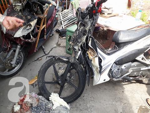 Nhiều xe máy trong nhà bị hư hại.