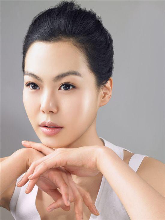 Kim Min Hee sở hữu gương mặt ấn tượng và thân hình mỏng manh.