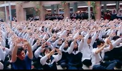 Hàng nghìn học sinh Lương Thế Vinh trong clip mong thầy Văn Như Cương chóng khỏe lại.
