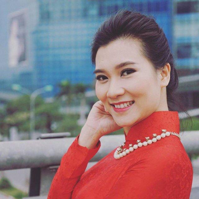 Cũng giống với các nữ đồng nghiệp, tà áo dài truyền thống là trang phục gắn bó với BTV Khánh Trang mỗi khi cô lên hình.