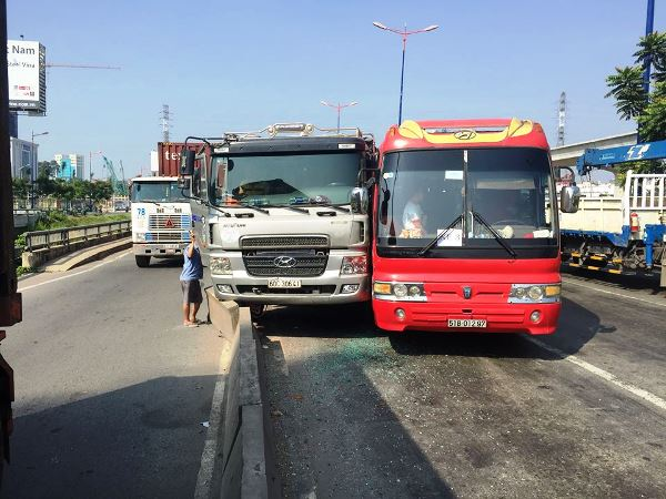 Hiện trường vụ tai nạn giữa xe khách và xe ben khiến hơn 40 trẻ mầm non bị nhốt trong xe khách