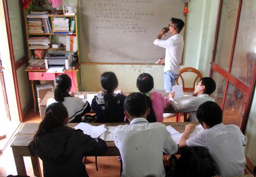 Phòng học chật, Sỹ phải chia thành nhiều lớp để dạy. Ảnh: Tiến Hùng.
