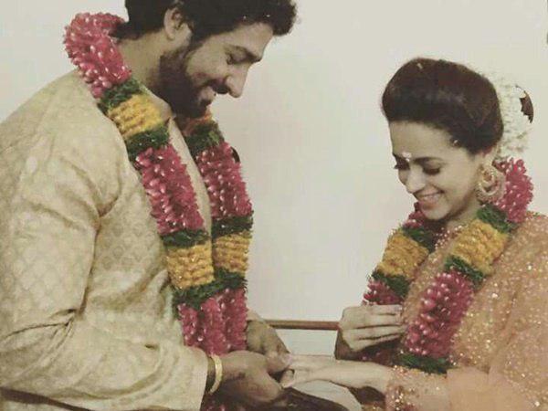 Nhà sản xuất Naveen trao nhẫn cưới cho vợ. Ảnh: PNT.
