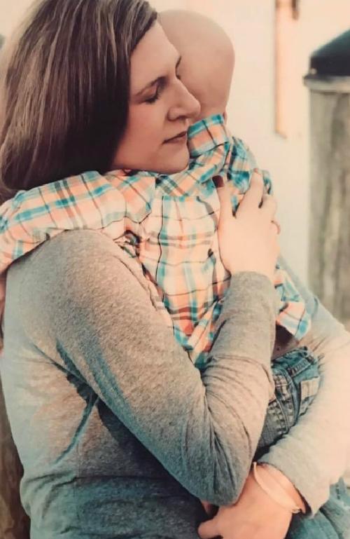 Ruth ôm Nolan trước ngày con qua đời. Ảnh: Facebook.