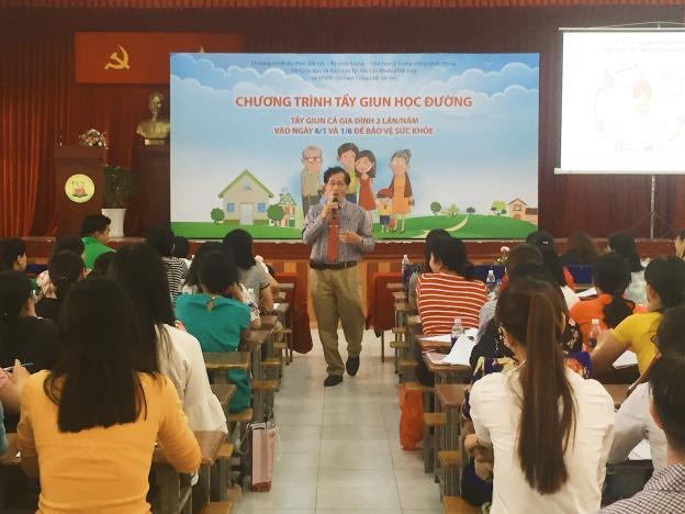 """TS.BS Lê Văn Nhân đang tuyên truyền tại hội thảo huấn luyện: """"Tẩy Giun Học Đường"""" cho thầy cô tại các trường tiểu học trên địa bàn TP.HCM"""