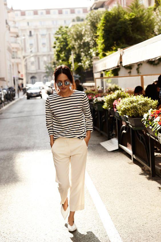 Thiết kế phong kẻ đen trắng kinh điển cùng chiếc quần âu đơn sắc mang cho bạn hình ảnh chỉn chu và thanh lịch tuyệt đối