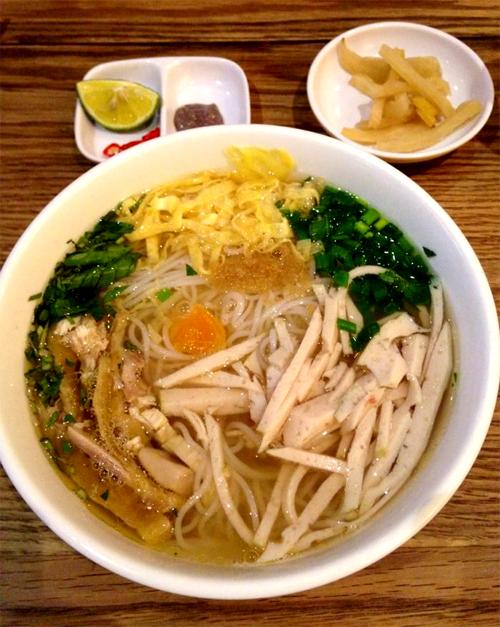 Nhiều nhà hàng tại Hà Nội dùng củ cải loại to trong bát bún thang. Ảnh: Linh Hương