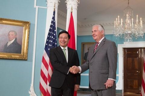 Phó Thủ tướng, Bộ trưởng Bộ Ngoại giao Phạm Bình Minh bắt tay Ngoại trưởng Hoa Kỳ Rex Tillerson tại Washington ngày 20/4 - Ảnh: Bộ Ngoại giao Việt Nam cung cấp