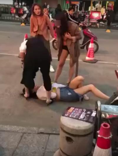 Có thêm hai người bạn của người bị đánh ghen được gọi đến để đánh hội đồng cô vợ.