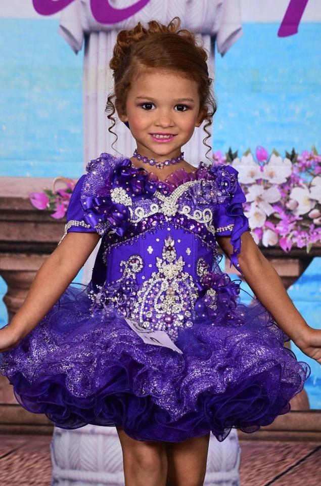 Gabriella được mẹ cho tham gia tới tận 100 cuộc thi nhan sắc lớn nhỏ các loại...