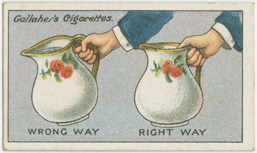 Trong hình, cái bình đầy nước mà cầm quai như bên trái sẽ khiến bạn cảm thấy rất nặng. Thay vào đó, nên cầm như hình phải với một ngón tay trên miệng bình, sẽ nhẹ đi rất nhiều.
