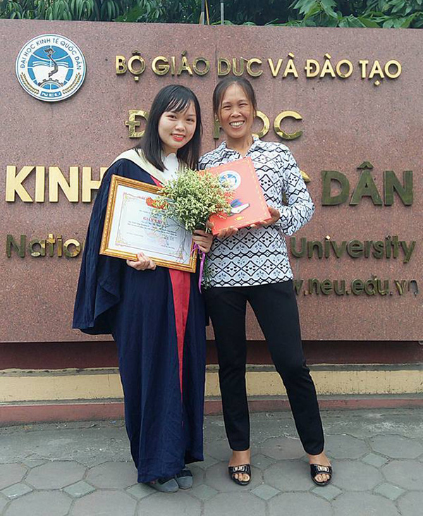 Nữ sinh Bùi Thị Thanh Ngân và mẹ trong lễ tốt nghiệp