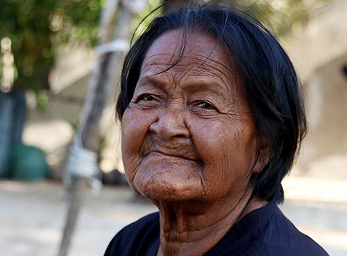 Bà Mía, người dân tộc Đàng Hạ với da đen bóng, đôi mắt màu đồng thau. Ảnh: Xuân Ngọc.