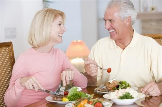 Ăn uống từ tốn sẽ giúp người cao tuổi tránh được nhiều nguy hiểm đối với cơ thể. (Ảnh minh họa).