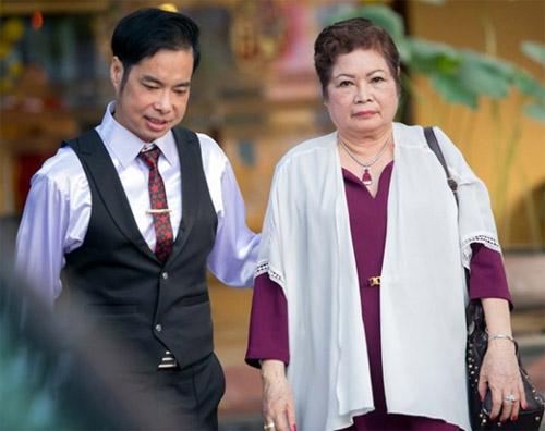 Mẹ Ngọc Sơn nhiều lần bật khóc vì lo lắng cho con trai chưa chịu lập gia đình.