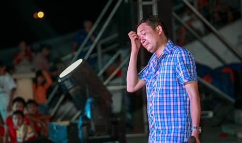 Chiến Thắng biểu diễn trên sân khấu một hội chợ ở tỉnh.