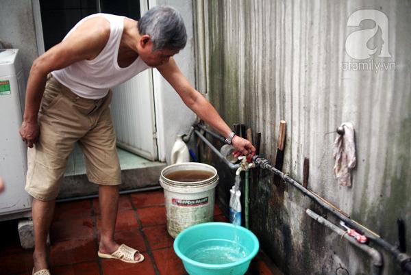 Bác Nhung vặn vòi từ đường ống của Công ty nước sạch ra kiểm chứng. Ban đầu nước chảy ra khá trong tuy nhiên vẫn có nhiều cặn...