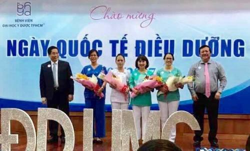 Bà Lê Thị Anh Đào (giữa) trong lễ tôn vinh các điều dưỡng nhân ngày Quốc tế Điều dưỡng tại Bệnh viện Đại học Y Dược TP HCM. Ảnh: TT.