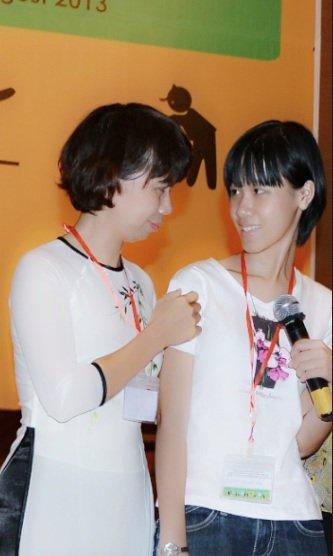 Hạnh Chi và mẹ cùng hát văn nghệ nhân ngày mạng lưới tự kỷ Việt Nam ra đời. Đây là lần hiếm hoi Hạnh Chi nhìn vào mắt mẹ. Ảnh: Gia đình cung cấp