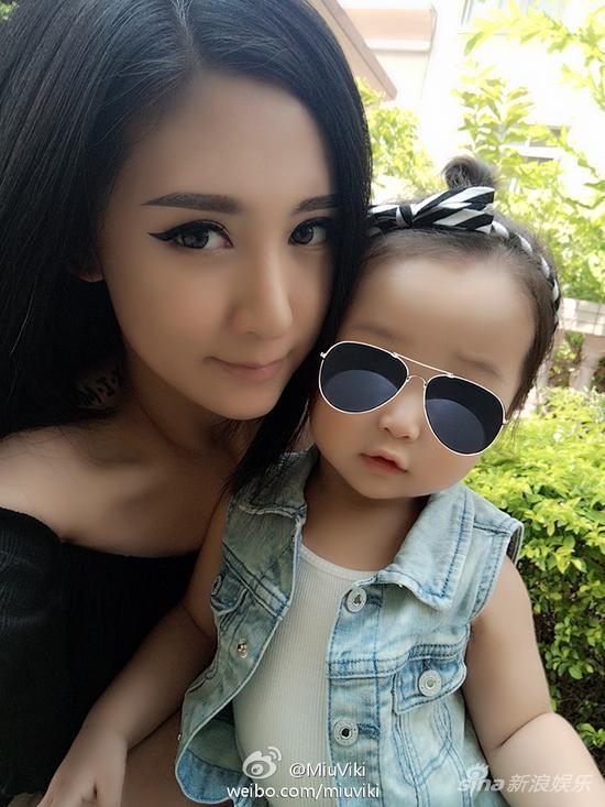 Vợ Lưu Châu Thành và con gái lớn. Ảnh: Weibo