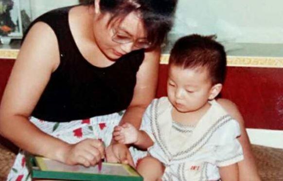 Bà Zou thường xuyên cùng con trai chơi các trò nâng cao trí tuệ. Ảnh: SCMP.