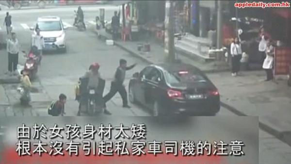 Người ông chạy tới cãi nhau với tài xế, bỏ mặc cháu gái đang nằm dưới đường.