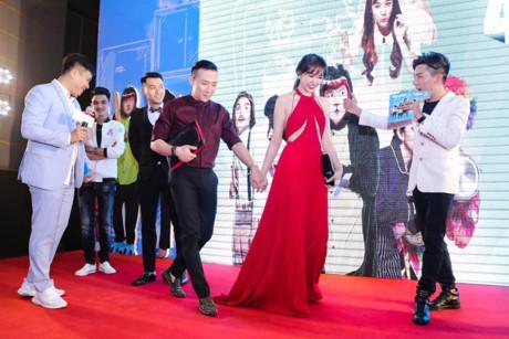 Cô hãnh diện xuất hiện bên chồng trong chiếc váy đỏ khoe vòng 1 gợi cảm