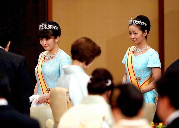 Công chúa Mako (trái) và Công chúa Kako tham dự quốc yến tôn vinh Vua Philippe và Hoàng hậu Mathilde của Bỉ vào ngày 11/10/2016 tại Tokyo, Nhật Bản. Ảnh: Asahi Shimbun.