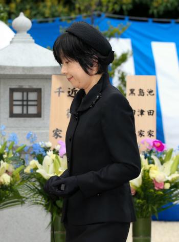 Bà Sayako dự lễ tưởng niệm ngày mất của Hoàng tử Tomohito, em họ của Nhật hoàng, năm 2015. Ảnh: imperialfamilyjapan