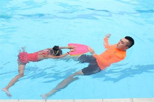 Khi đưa trẻ đi bơi cần có dụng cụ bảo vệ khỏi nước vào tai. Ảnh: Lê Phương.