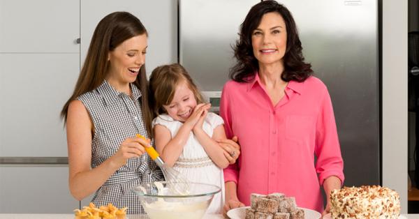 Bà Carolyn bên con và cháu gái.