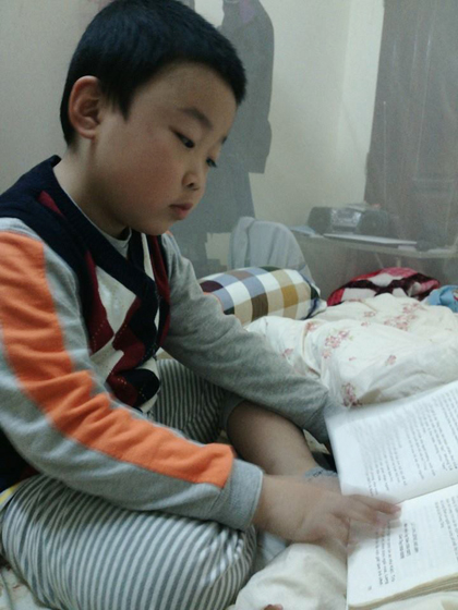 Cậu bé thích đọc sách mỗi tối trước khi đi ngủ.