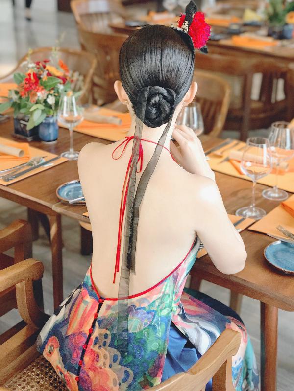 Gái một con táo bạo phô trọn lưng trần với kiểu áo yếm dáng dài phối hợp chân váy xoè.