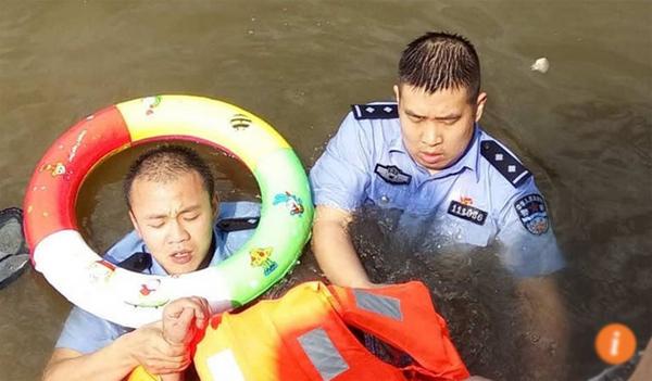 Hai cảnh sát viên suýt chết trong khi làm nhiệm vụ.