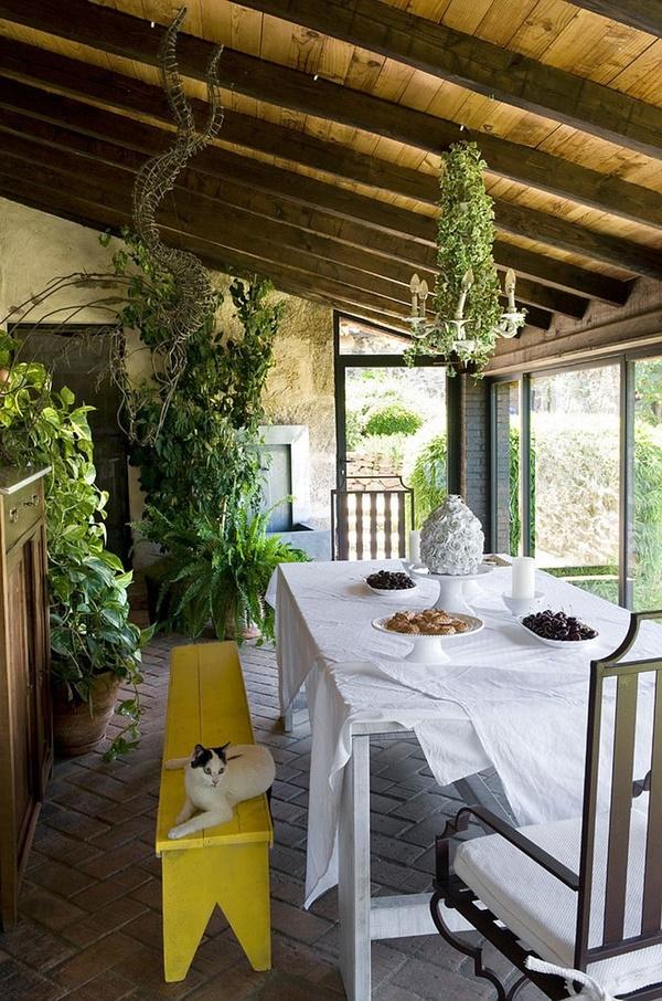 Bạn có thể sơn lại chiếc ghế cũ, phủ lên bàn những tấm khăn trắng đơn giản ngay lập tức đã có thêm không gian mới để cả nhà cùng quây quần bên nhau.