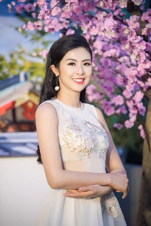 Hoa hậu Việt Nam 2010 diện váy ren trắng muốt vô cùng yêu kiều.