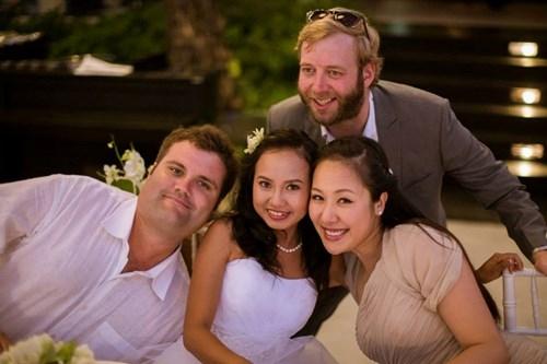 Ngô Phương Lan và ông xã trong đám cưới của một người bạn.