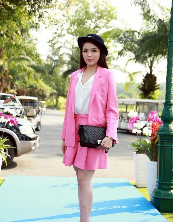 Tiếp đó Kỳ Duyên lại gây thất vọng cho giới truyền thông khi diện cây vest hồng sến sẩm. Mặc dù cô đã chú ý mix kèm túi xách Chanel và mũ fedora nhưng cũng không thể cứu vãn bộ cánh hồng phấn kém tinh tế này.