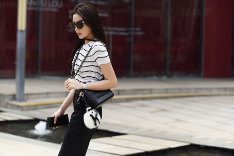 Mẫu túi Chanel Gabrielle có giá hơn 80 triệu đồng được Kỳ Duyên mix cùng charm lông treo túi của Fendi. Để hoàn thiện, người đẹp sử dụng giầy cao gót của YSL