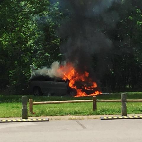 Chiếc xe bị cháy, sau đó chỉ còn trơ lại khung sắt.