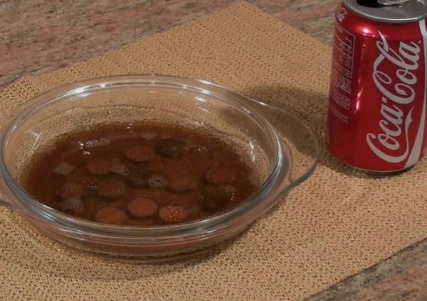 Những đồng xu bẩn nhất được ngâm thêm với nước ngọt để làm sạch.