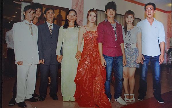 Liệt sĩ Đỗ Phát Hùng (áo vest đen) bên vợ và các con.