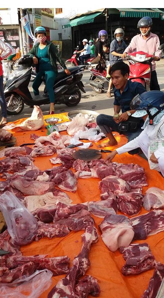 Thịt vỉa hè, ven đường không hề có sự quản lý, kiểm dịch của cơ quan thú y. (Ảnh: H.Nguyên)