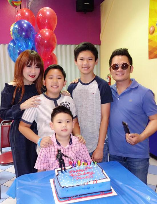 Vài ngày trước, Bằng Kiều và vợ cũ tổ chức sinh nhật cho cậu út Kenzi. Cựu thành viên Quả Dưa Hấu chia sẻ, vì bố mẹ quá bận rộn với công việc nên năm nay phải làm tiệc mừng tuổi mới muộn cho Kenzi.
