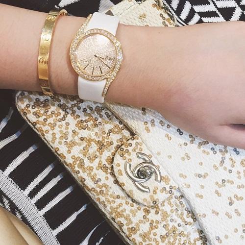 Anh Sa khoe túi xách Chanel, vòng tay Love của Cartier trên trang cá nhân