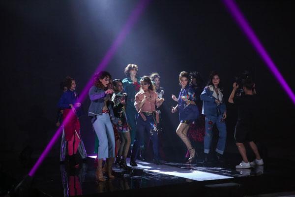 Các thí sinh trong màn nhảy Disco