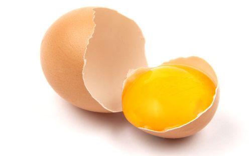 Lòng đỏ trứng gà rất tốt trong việc bồi bổ sinh lực, cải thiện chất lượng tinh trùng. Ảnh: Natural.